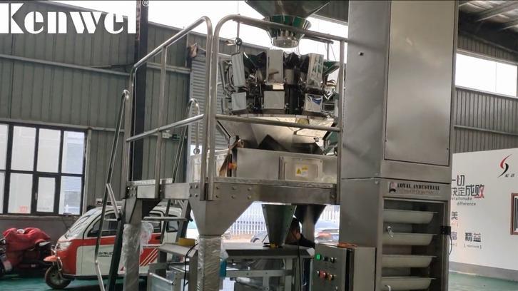 Máquina automática de pesaje y envasado de alimentos para bocadillos.